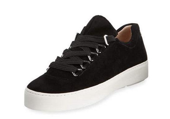 Margot Robbie travel style black sneaker